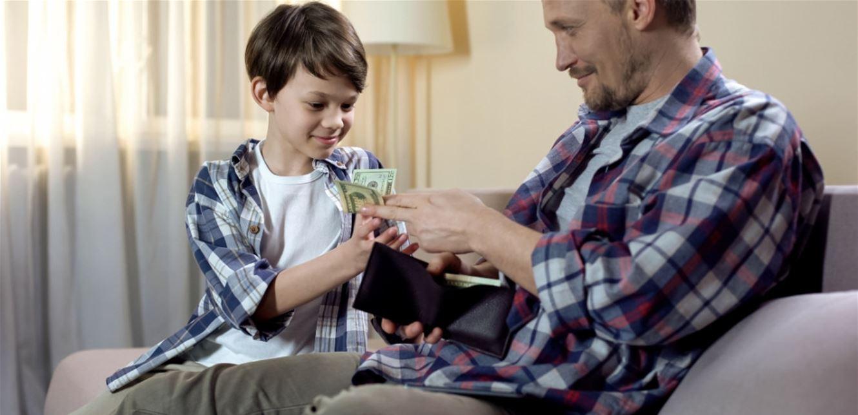 طفلكِ يطلب النقود من الغرباء ويحرجكِ.. ما الحل؟