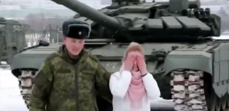 جنون الحب.. إستقدم لها 16 دبابة ليطلبها للزواج (فيديو)