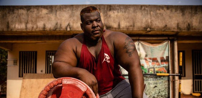 يتغذى على 8 دجاجات يومياً.. تعرفوا إلى أقوى رجل في أفريقيا